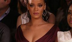 Rihanna w burgundowej sukience na Nowojorskim Tygodniu Mody