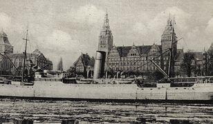 Widokówka przedstawiająca SS Bremerhaven zacumowany w Szczecinie, prawdopodobnie jeszcze jako lazaret (szpital wojskowy), ok. 1939 r.
