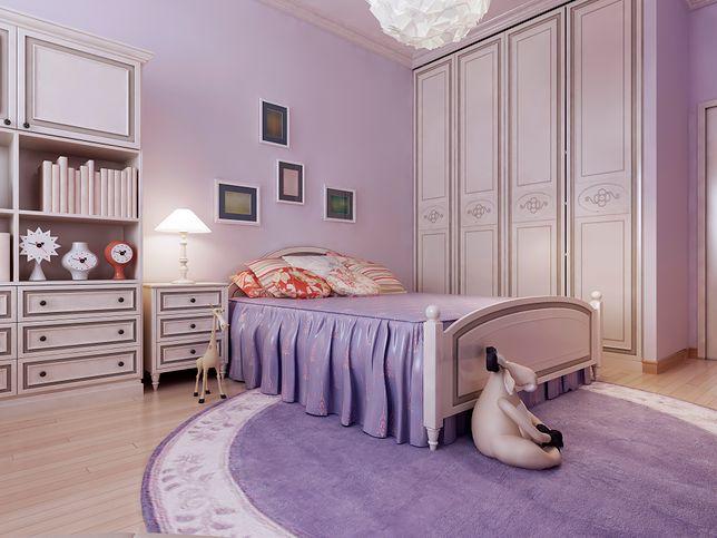 W sypialni w stylu prowansalskim dominują jasne kolory: biel i fiolet.