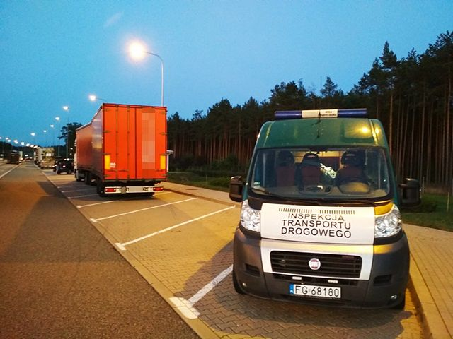 Kierowców zdradziło zatrzymanie przed punktem poboru opłat.