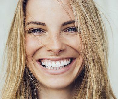 Wybielanie zębów w domu. Jakie metody są najskuteczniejsze dla pięknego uśmiechu?