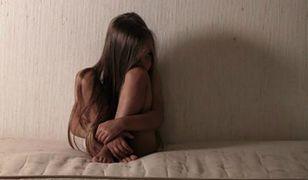 10-letnia dziewczynka wyskoczyła z czwartego piętra. Miała dość znęcającej się nad nią matki
