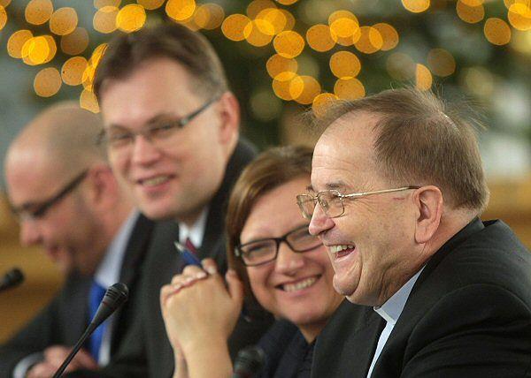 Poseł KP SP Arkadiusz Mularczyk, posłanka KP SP Beata Kempa oraz o. Tadeusz Rydzyk podczas posiedzenia sejmowej Komisji Kultury i Środków Przekazu