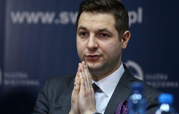 Wiceminister sprawiedliwości Patryk Jaki podczas konferencji 24 stycznia