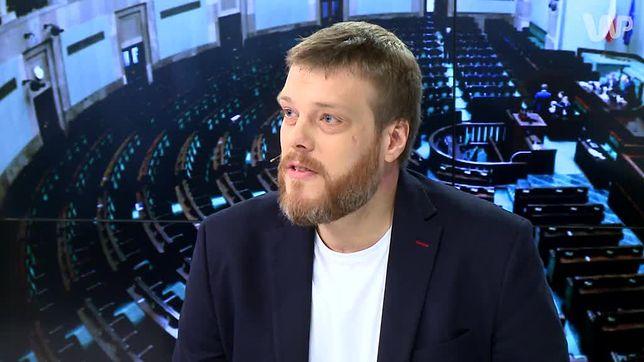 """""""Dlaczego Poczta Polska straszy pracowników?"""" pyta Adrian Zandberg. I zwraca uwagę na niecodzienny apel Poczty"""