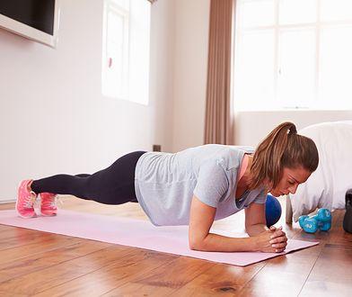 Warto prowadzić dziennik treningowy, ćwicząc zarówno w domu, jak i na siłowni