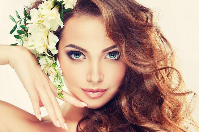 Fryzury ślubne z kwiatem są jednymi z ulubionych uczesań panien młodych