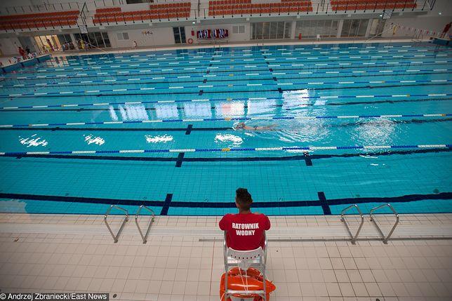 Nastolatek topił się na basenie w Warszawie. Leżał ma dnie