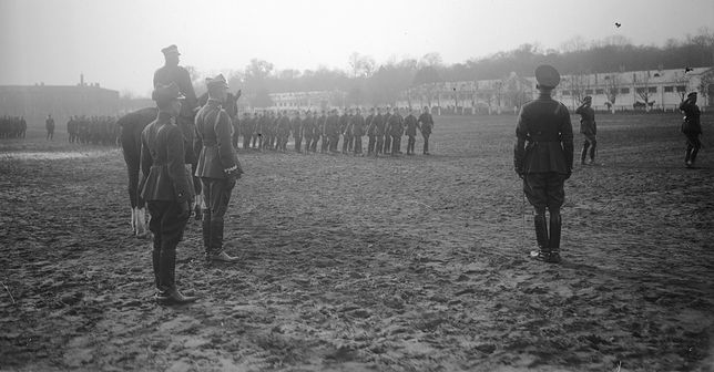 Defilada wojskowa na fotografii z 1925 roku