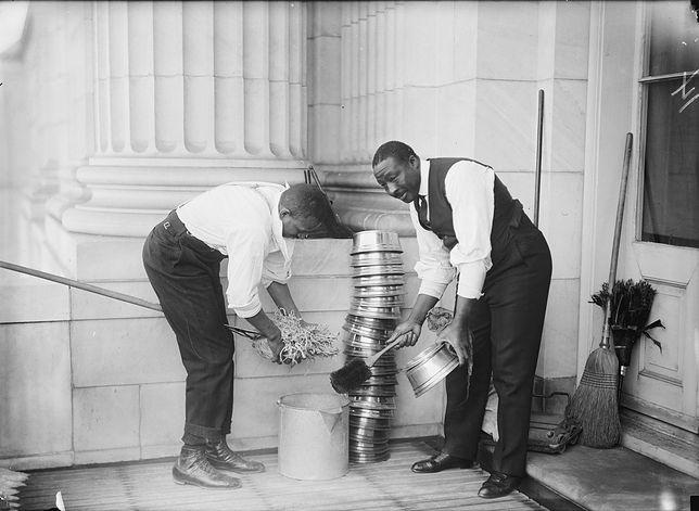 Jeszcze na początku XX wieku spluwaczki były powszechnie spotykanym elementem wyposażenia