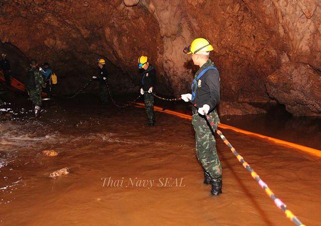 Ratownicy wciąż walczą o uwolnienie z jaskini chłopców i ich trenera