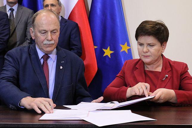 Ryszard Proksa podpisuje porozumienie z Beatą Szydło
