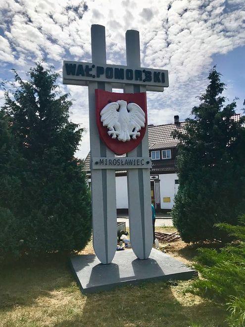 Pomników, takich jak ten w Mirosławcu, jest w zachodniopomorskim wiele