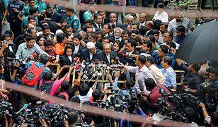 Prawnicy odpowiadają na pytania dziennikarzy po sprawie sądowej w związku z zamach z 2004 roku. Obie strony będą się odwoływać.