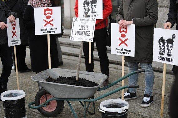 Protest Alarmu Smogowego. Taczka z mułem i klepsydra dla ministra Energii