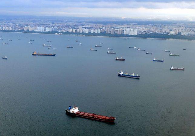 Statki na redzie portu w Singapurze