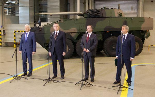 Jerzy Buzek, minister obrony Tomasz Siemoniak, minister skarbu Włodzimierz Karpiński i prezes WZM SA Adam Janik