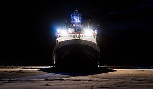 Statek utknie na lodach Arktyki