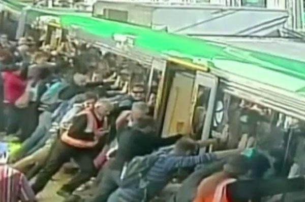 Utknął między peronem a pociągiem. Pasażerowie przechylili wagon