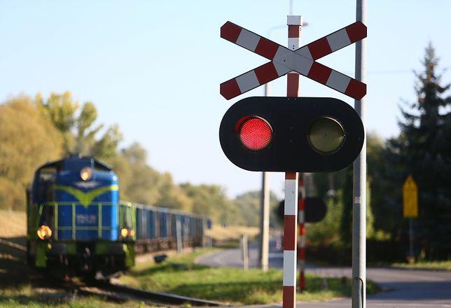 Osiny: wypadek na przejeździe kolejowym. Kierowca samochodu uciekł