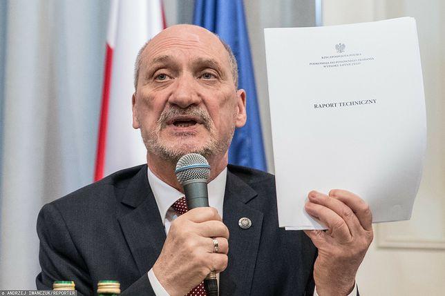 Macierewicz zawiadamia prokuraturę. Chodzi o artykuł dotyczący raportu smoleńskiego. Na zdjęciu były szef MON podczas prezentacji tzw. raportu technicznego w kwietniu 2018 roku