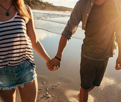 Wakacyjna miłość zdarza się często. Warto od razu zapytać o imię i numer telefonu, by później nie mieć problemów