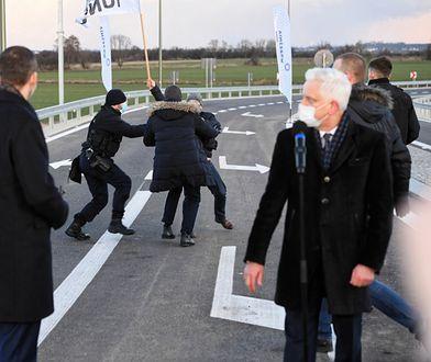 """Września. Incydent na obwodnicy. """"Biegli w stronę premiera"""" (ZDJĘCIA)"""