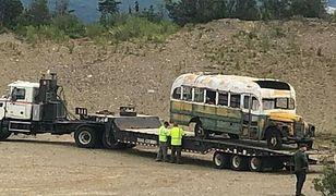 """Alaska. Autobus z filmu """"Wszystko za życie"""" usunięty z dzikiego terenu"""