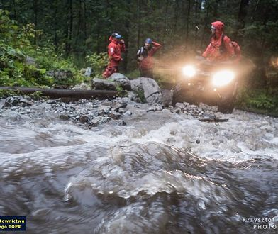 Ze względu na ciężkie warunki pogodowe ratownicy musieli w niektóre miejsca dojechać quadami, bądź dojść piechotą
