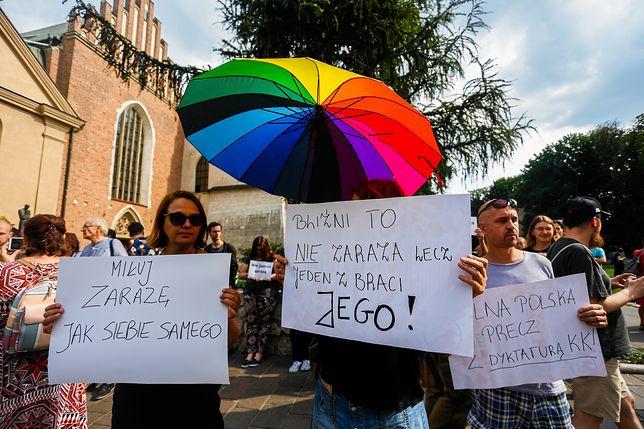 Protest osób LGBT przed budynkiem kurii