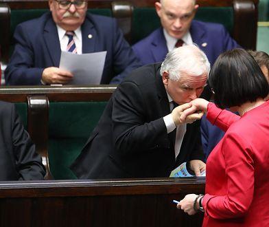 Jarosław Kaczyński wita w Sejmie Kaję Godek, ale jej aborcyjnych pomysłów boi się jak ognia.