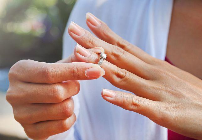 Wiele kobiet zastanawia się, czy oddać pierścionek zaręczynowy.