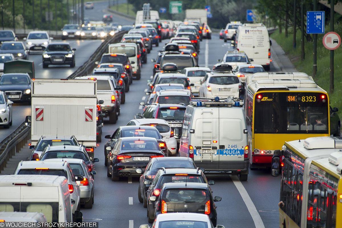 Majówka w Warszawie. Wiele utrudnień na drogach. Specjalne rozkłady jazdy i zamknięte ulice