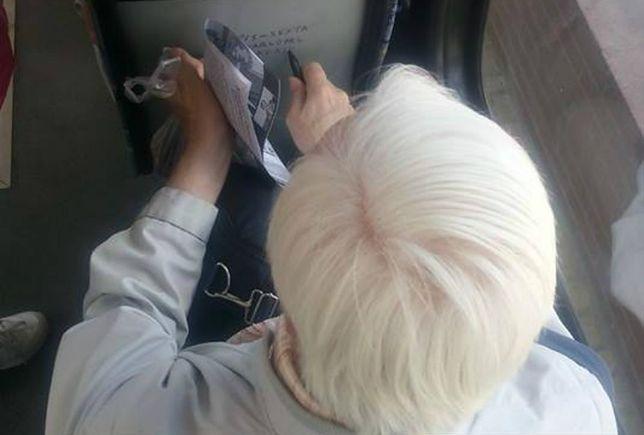 Senior przyłapany na gorącym uczynku w tramwaju. Chciał dopiec PiS