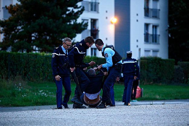Policjanci pomagają dziennikarzowi zaatakowanemu przez Romów po strzelaninie w Roye