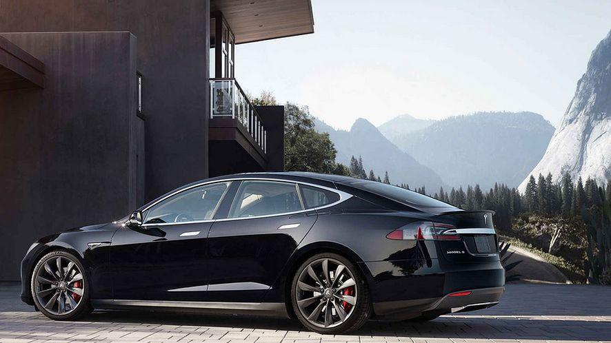 Czy elektryczna, skomputeryzowana do granic możliwości Tesla nadaje się na polskie drogi?