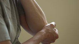 Pierwsze objawy reumatoidalnego zapalenia stawów. Nie ignoruj ich (WIDEO)