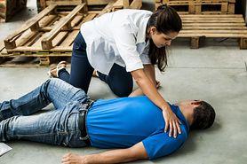 Pierwsza pomoc - kiedy wezwać pogotowie ratunkowe, zgłoszenie wypadku, jak udzielić pierwszej pomocy