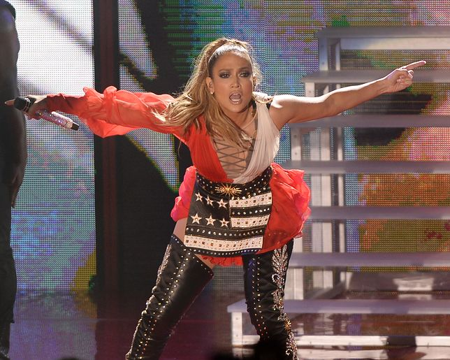 Jennifer Lopez spadły spodnie. Piosenkarka świeci szarymi stringami