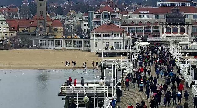 Ferie 2021. Tłumy na molo w Sopocie w niedzielę (webcamera.pl)
