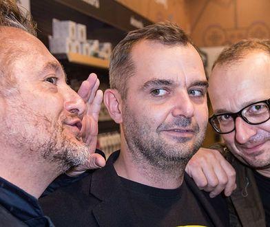 """Paweł Koślik (w środku) z twórcami """"Ucha Prezesa"""" - Mikołajem Cieślakiem i Robertem Górskim"""