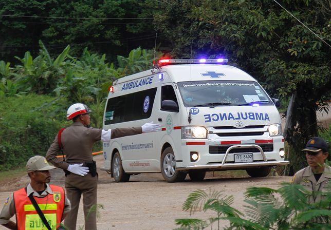 """12 chłopców z drużyny piłkarskiej """"Dzikie dziki"""" utknęło w jaskini Tham Luang Nang Non 23 czerwca"""