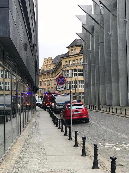 Policja ewakuowała pracowników biur PO