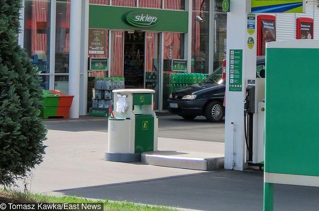 Czech rozlewał paliwo i groził pracownicy