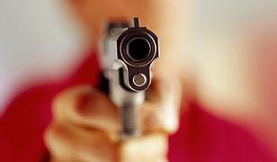 Pasażerowie osłupieli - kontroler nagle wyciągnął broń