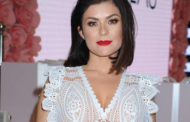 Katarzyna Cichopek w białej sukience. Aktorka założyła ją do sesji z truskawkami