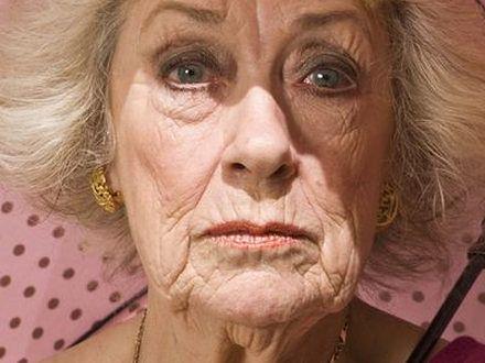 Powiększyła sobie piersi – w wieku 83 lat!