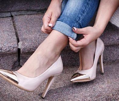 Wysokie szpilki, zgrabne botki lub kozaczki to obuwie, które pomoże wysmuklić wizualnie nogi