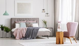 Tanie firany bez kłopotu skomponują się ze stylowym wnętrzem sypialni
