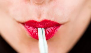 Myślisz, że pijąc przez słomkę ochronisz zęby? Bzdura. Narażasz się na próchnicę